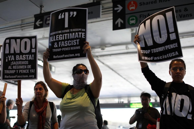 Protesta all'aeroporto di Los Angeles contro la reintroduzione del Muslim ban