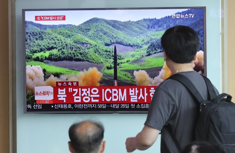 Persone osservano le notizie provenienti dalle televisioni locali sul lancio del missile nord coreano