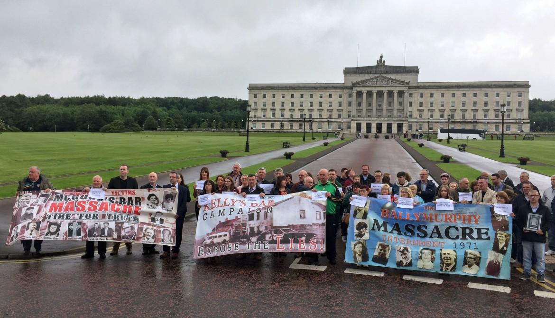 Protesta davanti al parlamento per le vittime  del massacro di Ballymurphy nel 1971; sotto Gerry Adams con Michelle O'Neill del  Sinn Féin e Arlene Foster del Dup
