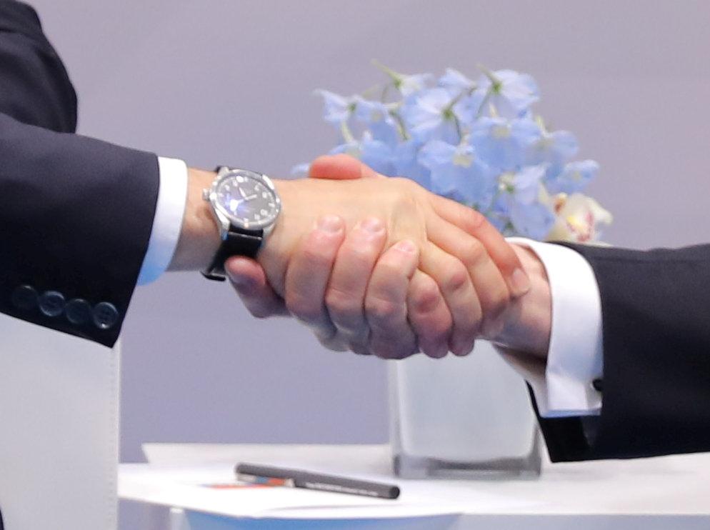 La stretta di mano tra Trump e Putin al G20 di Amburgo