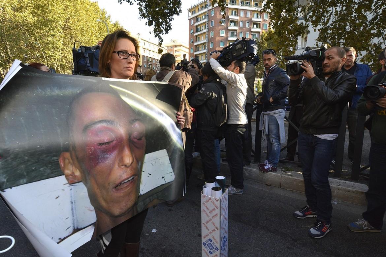 Ilaria Cucchi mostra una foto del cadavere di Stefano, suo fratello