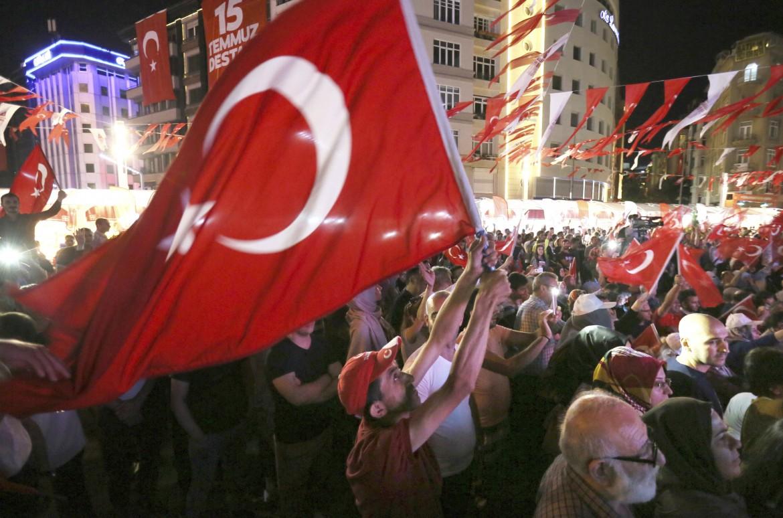 I seguaci di Erdogan in piazza per celebrare il golpe fallito