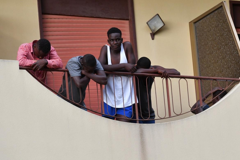 I migranti alloggiati a Castell'Umberto guardano il presidio contro la loro presenza