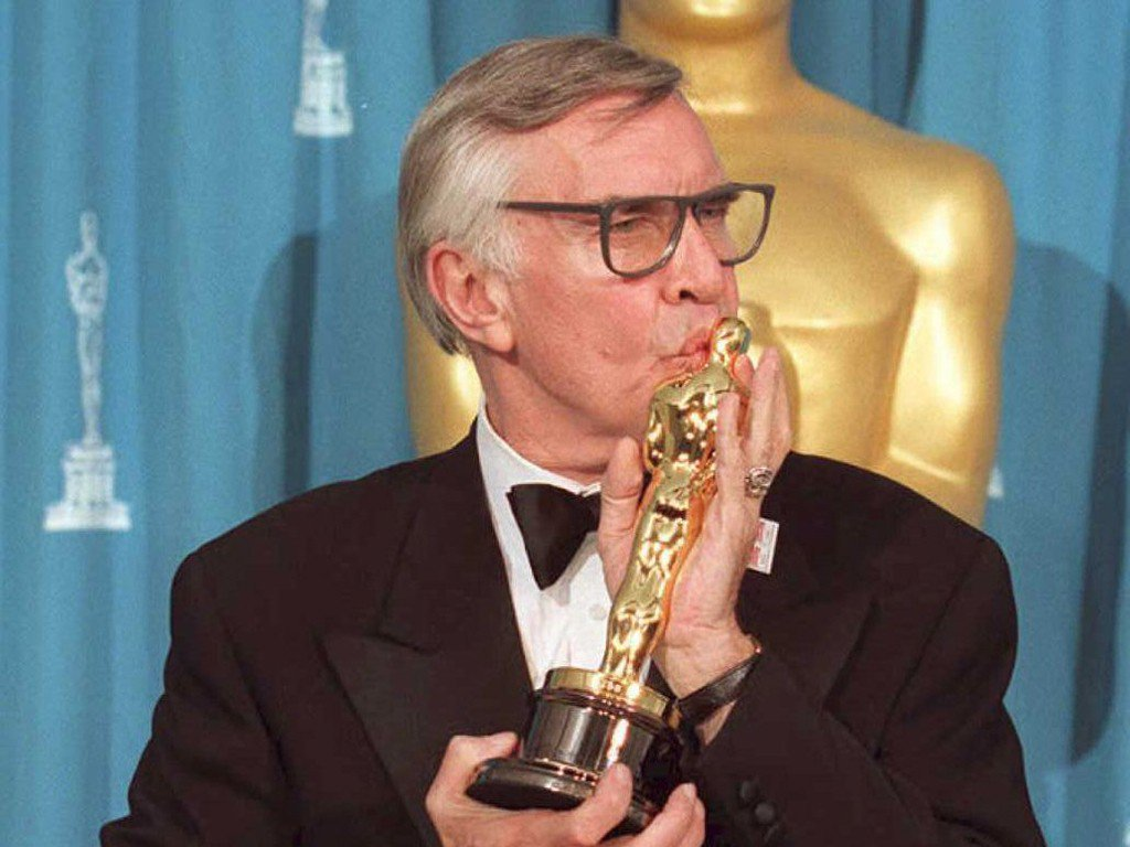 Martin Landau stringe l'Oscar conquistato nel 1994