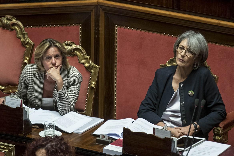 Le ministre Beatrice Lorenzin (Ap) e Anna Finocchiaro (Pd) nell'aula del Senato