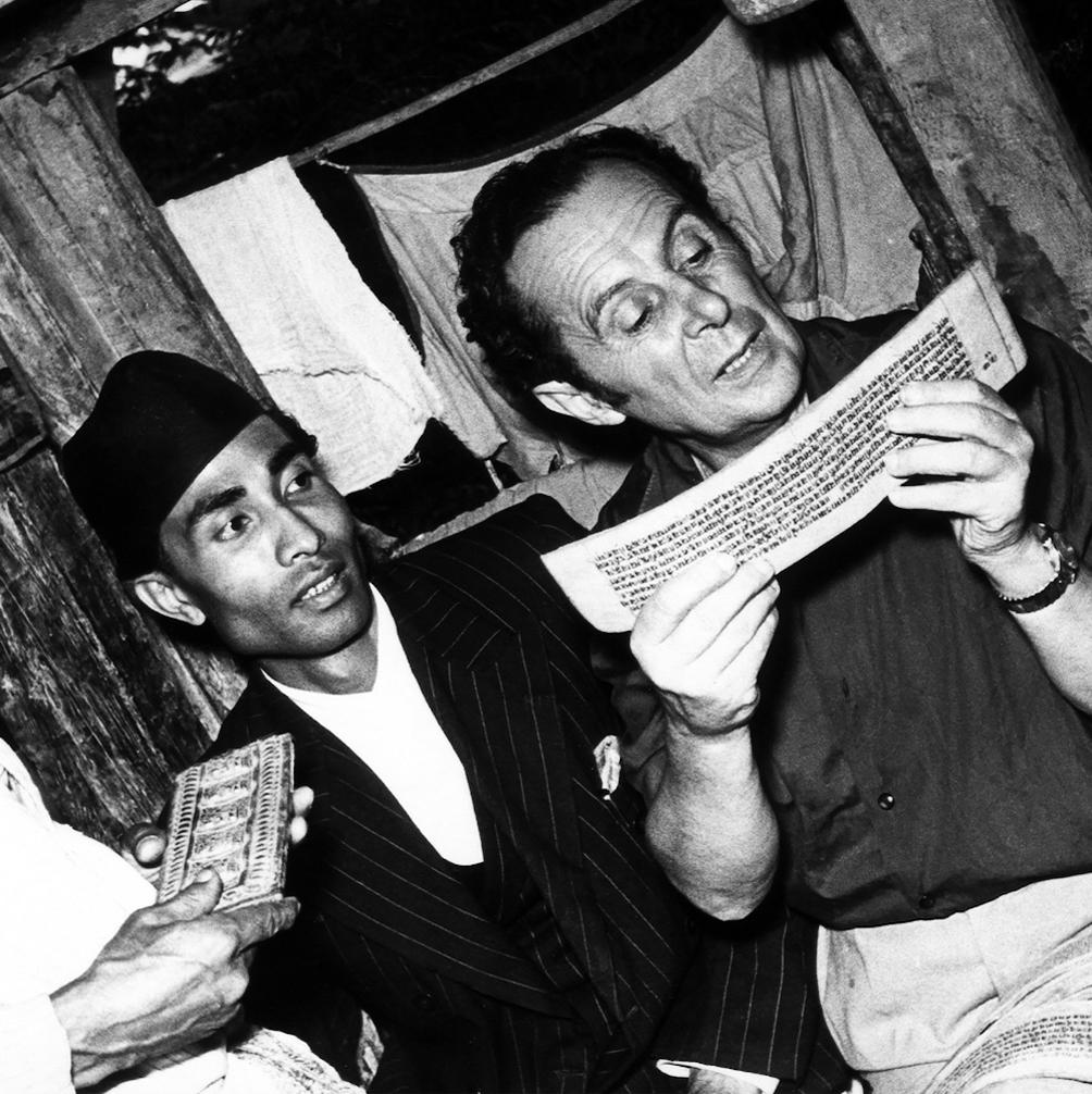 Nepal 1954, Giuseppe Tucci legge un manoscritto