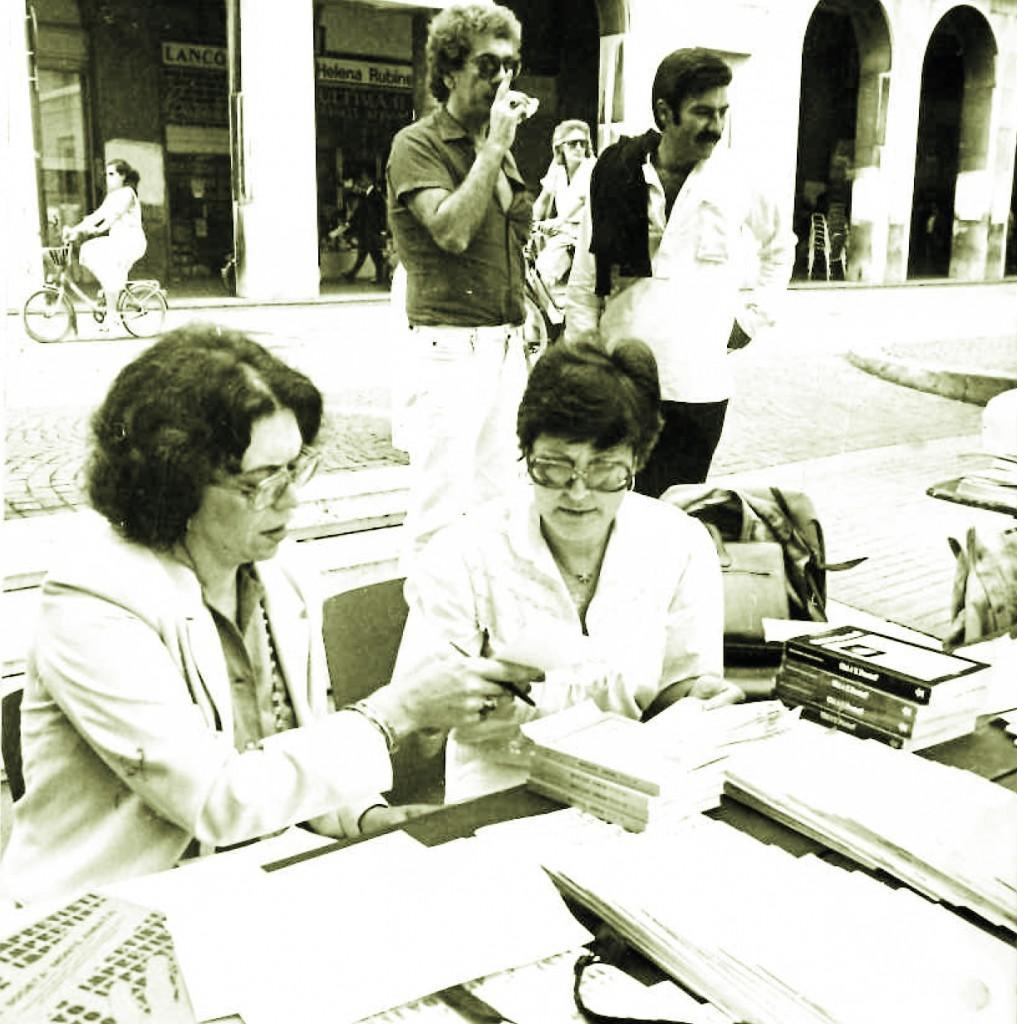 Attilio Lolini al mercatino dei libri di Ravenna fine anni '70, con Tommaso Di Francesco, Mariella Bettarini,Loredana Montomoli