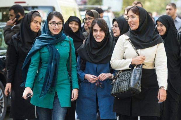 Studentesse in un campus universitario, Teheran
