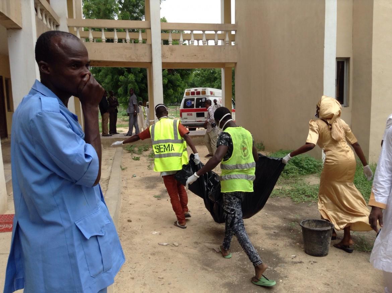 Università di Maiduguri, i soccorsi dopo l'attacco di lunedì. Autrice, secondo le autorità, una ragazzina morta nell'esplosione