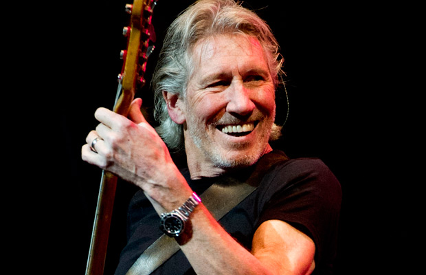 Roger Waters, sotto l'immagine della copertina 'incriminata' dell'album