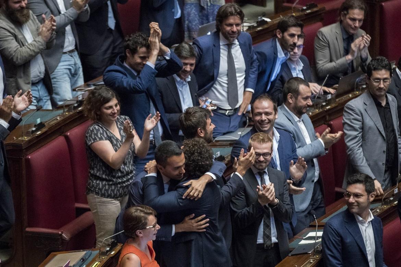 L'esultanza dei Cinquestelle ieri alla Camera dopo il sì alla legge sui vitalizi