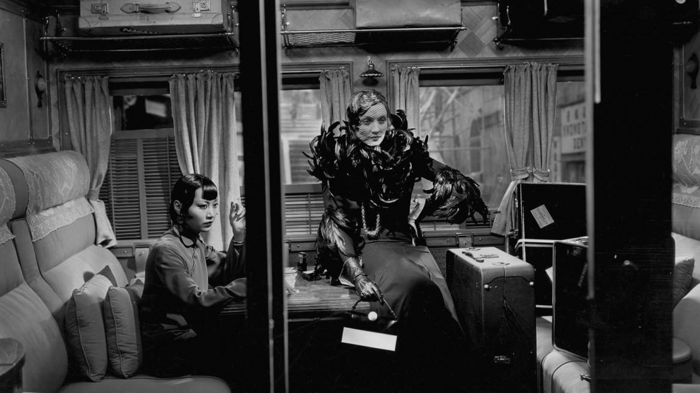 Anna May Wong e Marlene Dietrich in fotogramma tratto da «Shanghai Express», di Josef von Sternberg