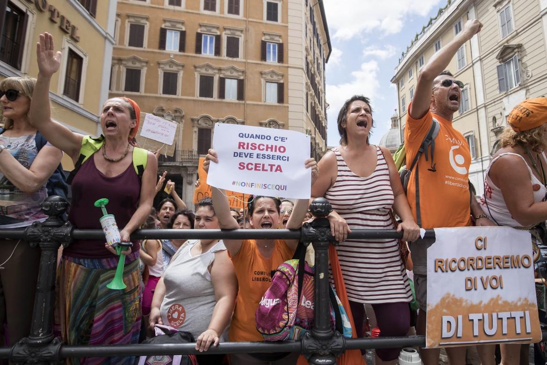 Il popolo dei no-vax ieri in piazza davanti a Montecitorio