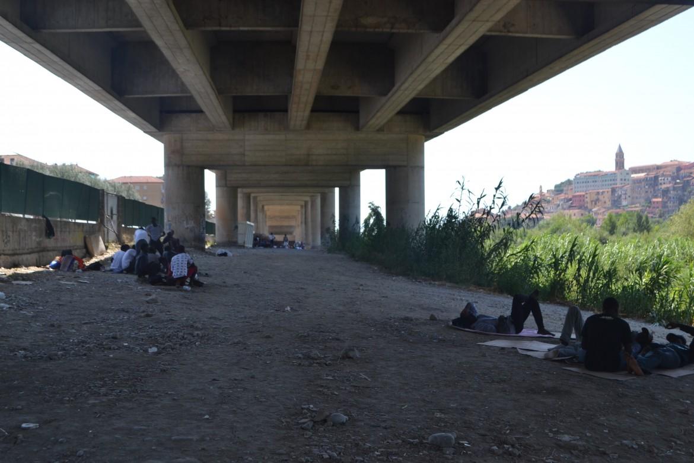 il viadotto dove si accampano i migranti a Ventimiglia