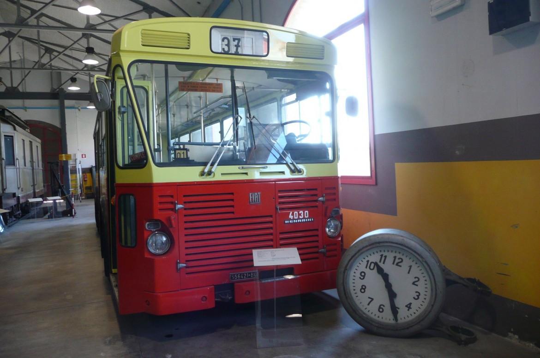 L'autobus n.37 che servì per i soccorsi, divenuto un monumento per la memoria collettiva