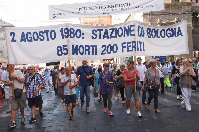 Il corteo di commemorazione per i morti della strage alla stazione di ieri mattina nel centro di Bologna