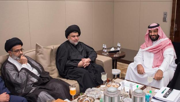 Al centro Muqtada Sadr, sulla destra il principe saudita Mohammed bin Salman