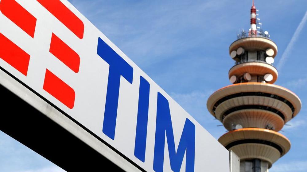 Il quartier generale del gruppo Tim a Rozzano alle porte di Milan; sotto il ministro Carlo Calenda