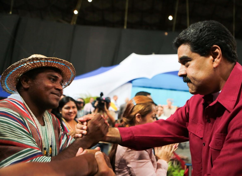Il presidente venezuelano Maduro con un sostenitore