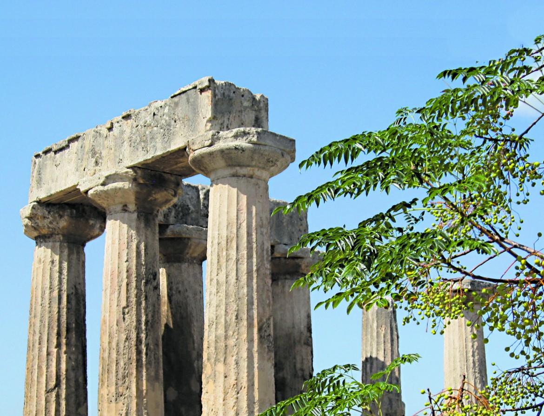 Una veduta del tempio di Apollo, divenuto emblema dei resti  dell'antica Corinto