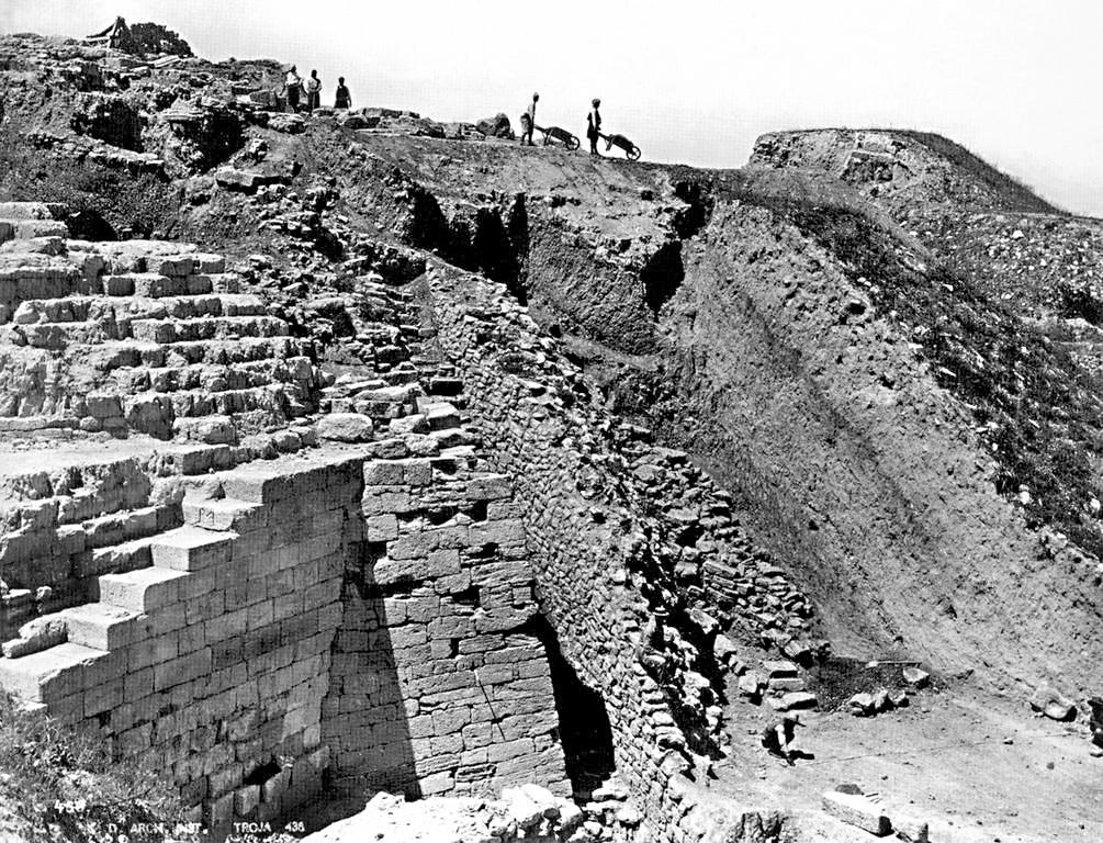 Sotto, un'istanatanea degli scavi intorno al 1890