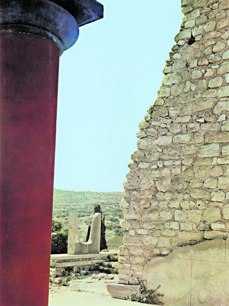 Creta, Cnosso, ingresso sud: particolare  di elemento decorativo  a forma di doppie corna, foto di Gustavo Tomsich