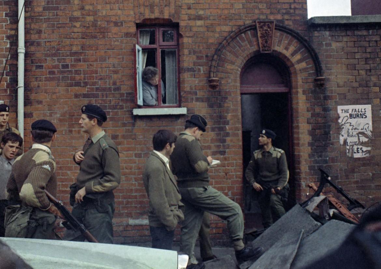 Qui e nella foto in basso soldati inglesi a Belfast durante i disordini del settembre del 1969; nell'immagine in bianco e nero il rilascio di Gerry Conlon, dei Guildford Four