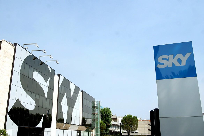 La sede romana di Sky che sarà in pratica chiusa, spostando la produzione tutta a Milano; sotto una protesta dei lavoratori delle acciaierie di Piombino davanti al ministero dello Sviluppo a Roma