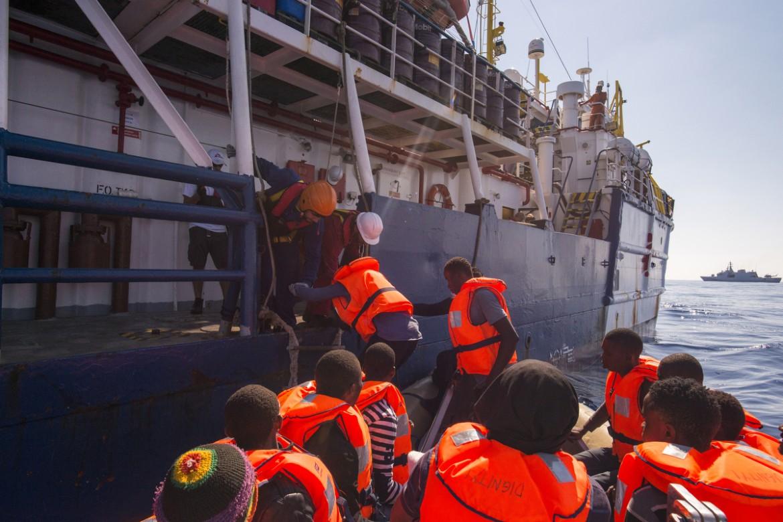 Un salvataggio di migranti da parte di Medici senza frontiere; sotto il ministro Marco Minniti