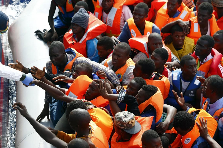 Un salvataggio di migranti al largo delle coste libiche da parte di una ong