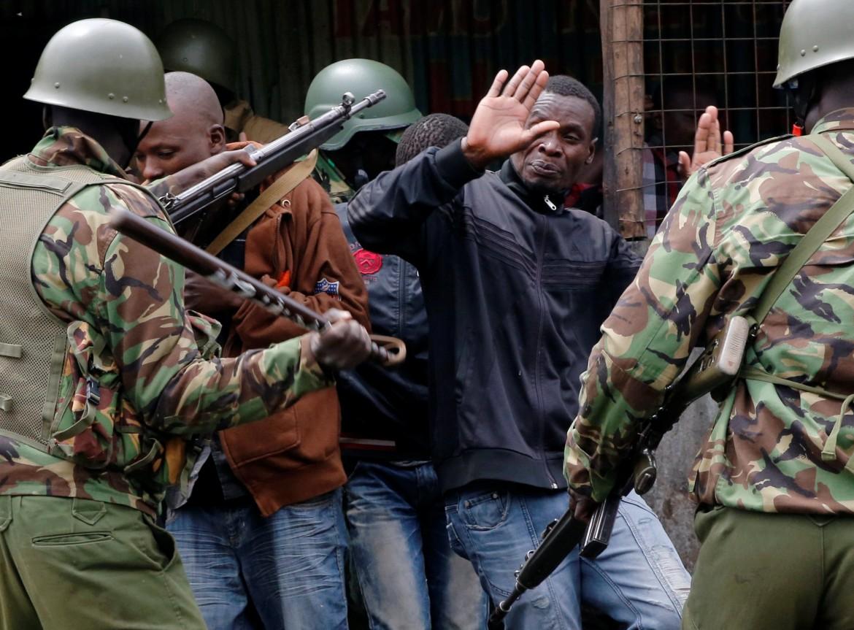 Giovani sostenitori di Raila Odinga arrestati ieri nelle strade di Nairobi