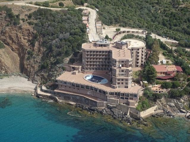 Il residence Rocce Rosse nel golfo di Teulada, Sardegna; sotto Edoardo Salzano