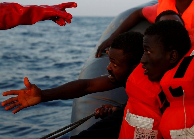 La Ong Moas recupera una barca di migranti a largo delle coste libiche