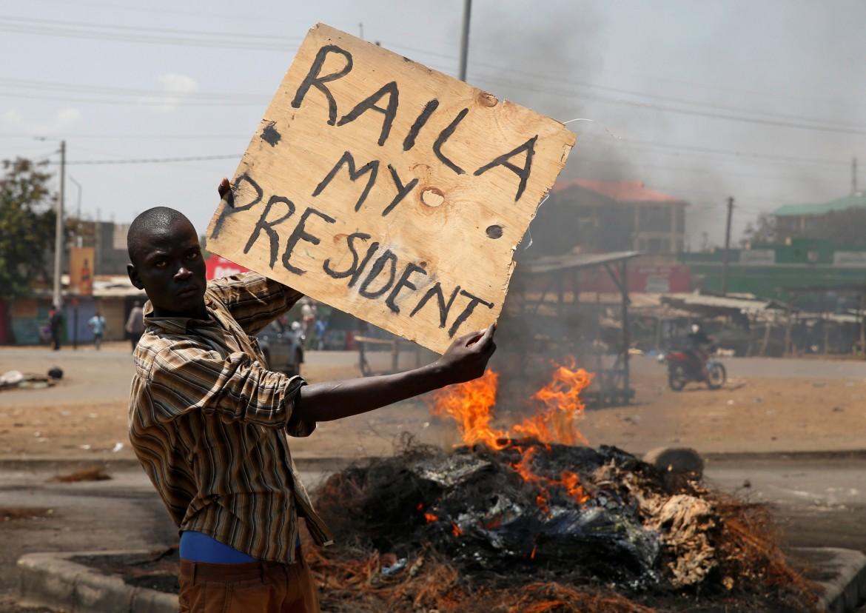 Un arrabbiato sostenitore di Raila Odinga ieri a Nairobi