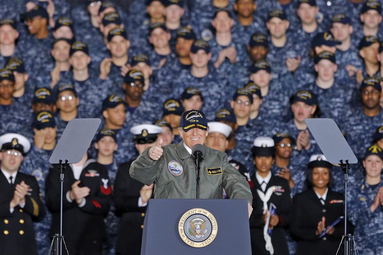Donald Trump durante uno dei suoi discorsi ai militari della marina americana nel marzo del 2017