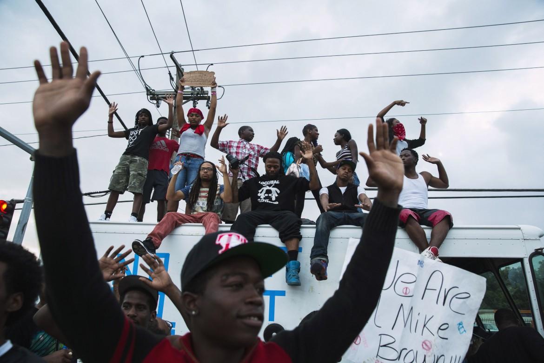 Protesta a Ferguson (Missouri) dopo l'uccisione di Michael Brown
