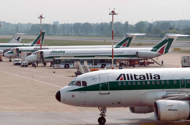 Velivoli Alitalia parcheggiati sulla pista di Fiumicino