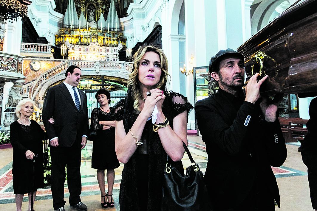 Claudia Gerini in primo piano in una scena di «Ammore e Malavita»