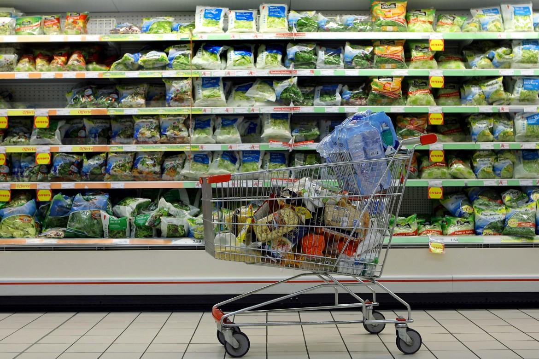 Un carrello pieno in un ipermercato
