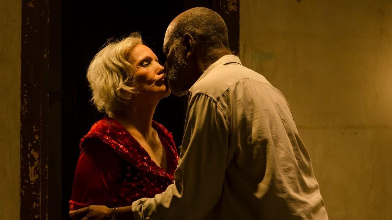 Veronica Lynn e Alden Knight in una scena da «Candelaria», sotto «Samui Song»