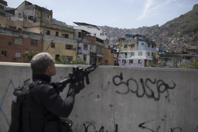 Il Brasile schiera l esercito sul fronte della Rocinha  671f25e6d82f