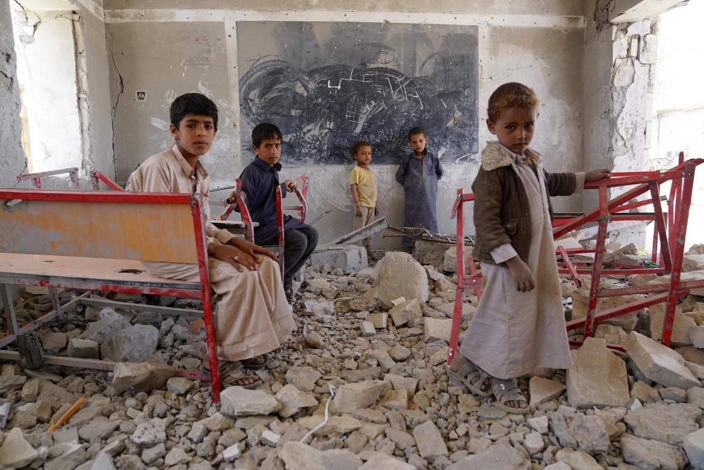 Bambini in una scuola distrutta dalle bombe a sa'ada in Yemen