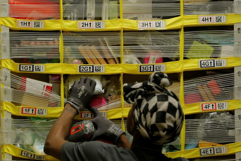 Al lavoro tra gli scaffali della Amazon