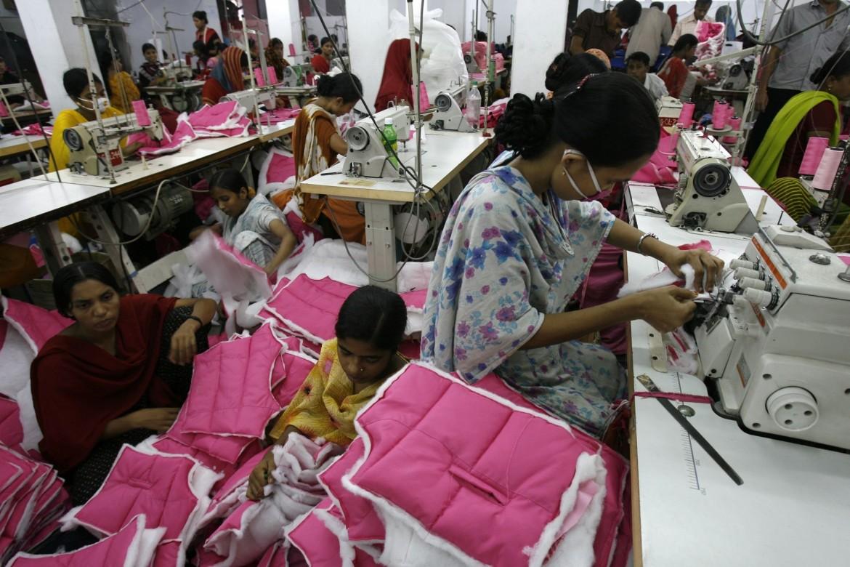 Al lavoro in una fabbrica tessile in Bangladesh