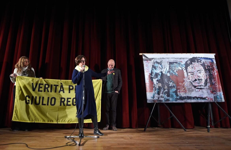 I genitori di Giulio Regeni con il murale comparso al Cairo, ieri a Fiumicello