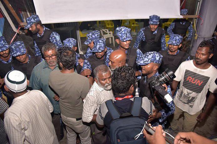 La polizia delle Maldive dentro la sede del partito di opposizione al governo
