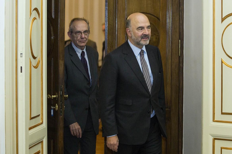 Il ministro dell'Economia Pier Carlo Padoan e il commissione Ue all'economia Pierre Moscovici