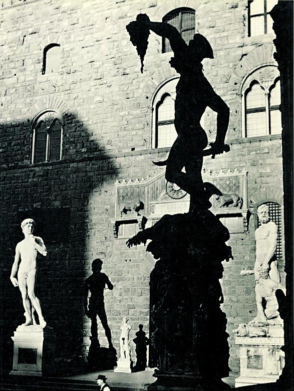 Herbert List, il Perseo di Cellini nella Loggia  dei Lanzi e Palazzo Vecchio a Firenze, 1939