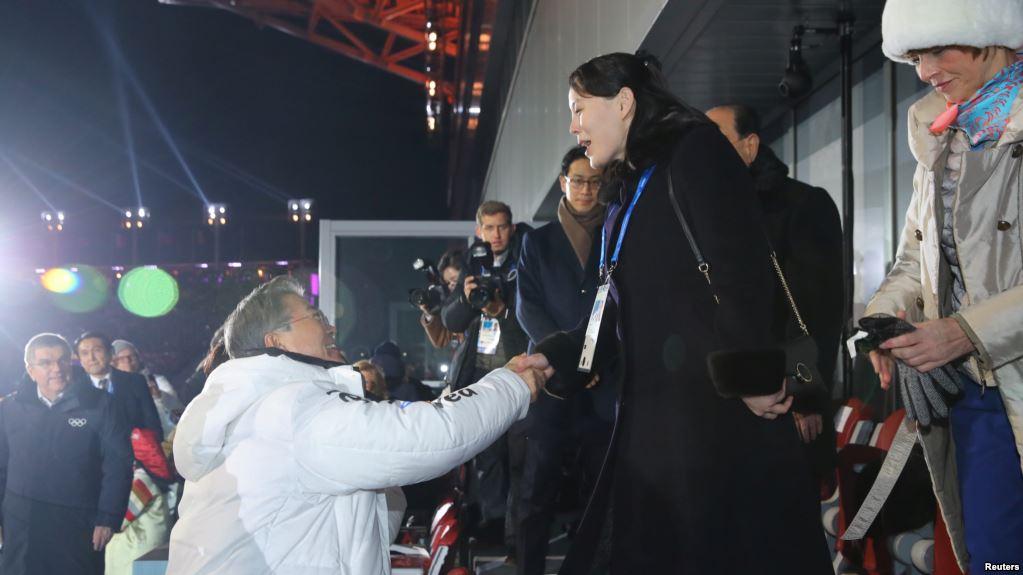 La stretta di mano tra il presidente sudcoreano Moon e Kim Yo-jong
