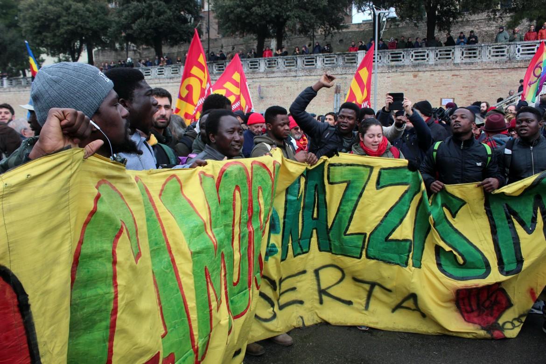 Uno striscione alla manifestazione antifascista di Macerata